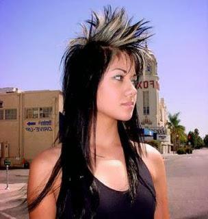 Moicano feminino - cabelo comprido e franja