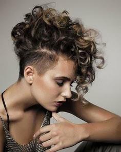 Corte de cabelo moicano feminino com cachos - como fazer