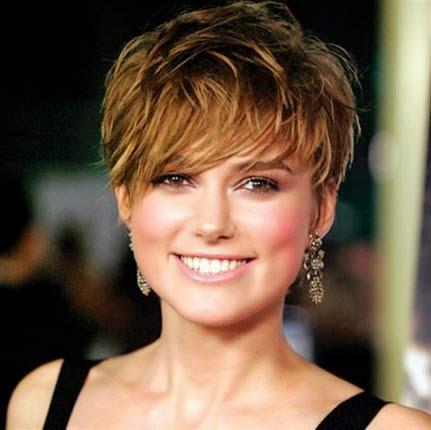 Penteado natural para mulheres com cabelos lisos e curtos