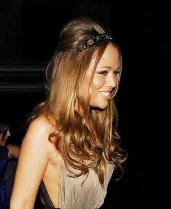 fotos de penteados anos 60 para cabelos cacheados com tiara