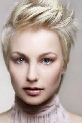 cabelos femininos com topete arrepiadinho desfiado e curto