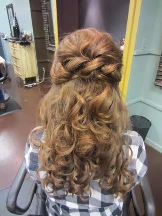 penteados para debutantes com cabelos enrolados com coroa