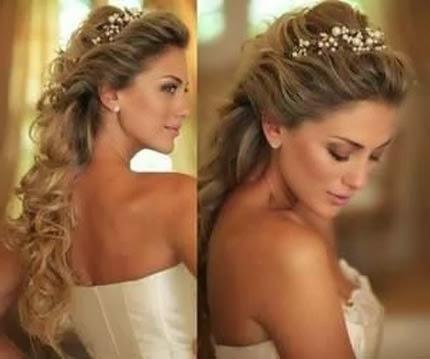 penteados para debutantes com cabelos cacheados e tiara