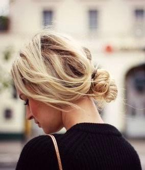 coque baixo bagunçado em cabelos curtos