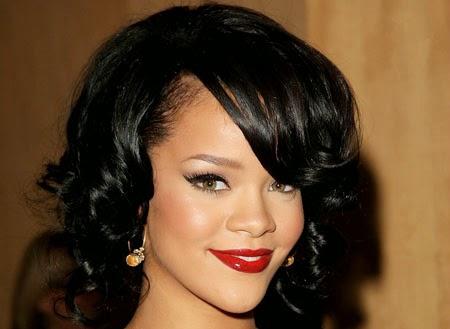 Franja lateral no cabelo da Rihanna
