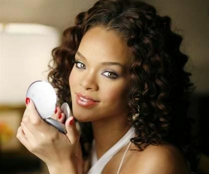 Cabelos cacheados da Rihanna