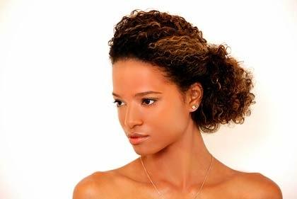 Coque lateral para cabelos encaracolados