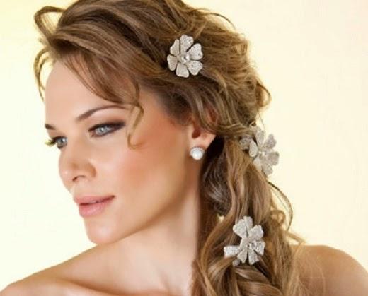 foto de penteado com tranças e flores